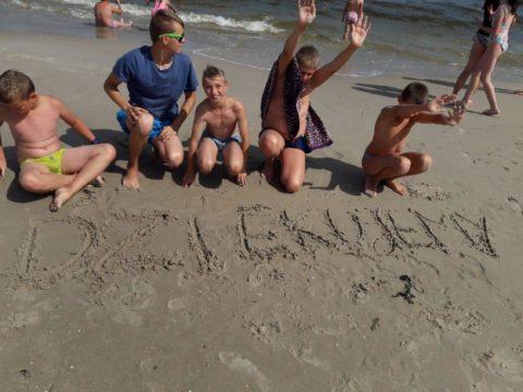 wakacje podopiecznych fundacji DOM, wakacje w Niechorzu, Podziękowania, Dzieci, plaża, słońce, piasek