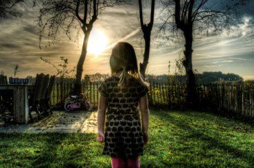 dzieci po opuszczeniu domu dziecka, dzieci w domu dziecka, samotna dziewczynka