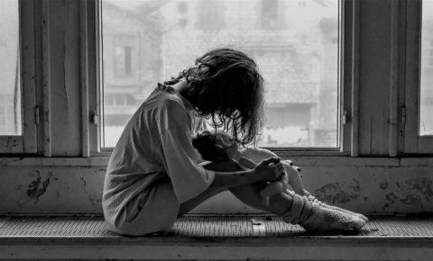 trudne dzieciństwo, trauma, koszmary, dziewczynka, strach, upiór