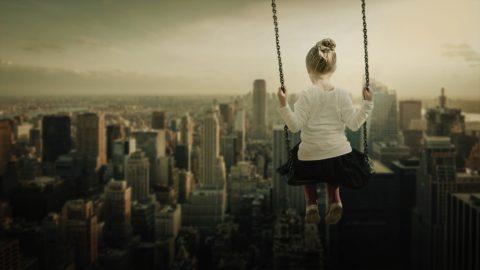 wsparcie podczas opuszczania domu dziecka, dziewczynka, huśtawka, widok na miasto