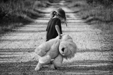 zaniedbanie emocjonalne, dziewczynka, miś, droga