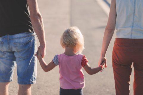 warto zastanowić się nad adopcją, rodzina, spacer, ręce
