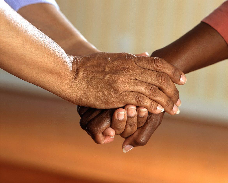 jak zostać podopiecznym fundacji, dłonie