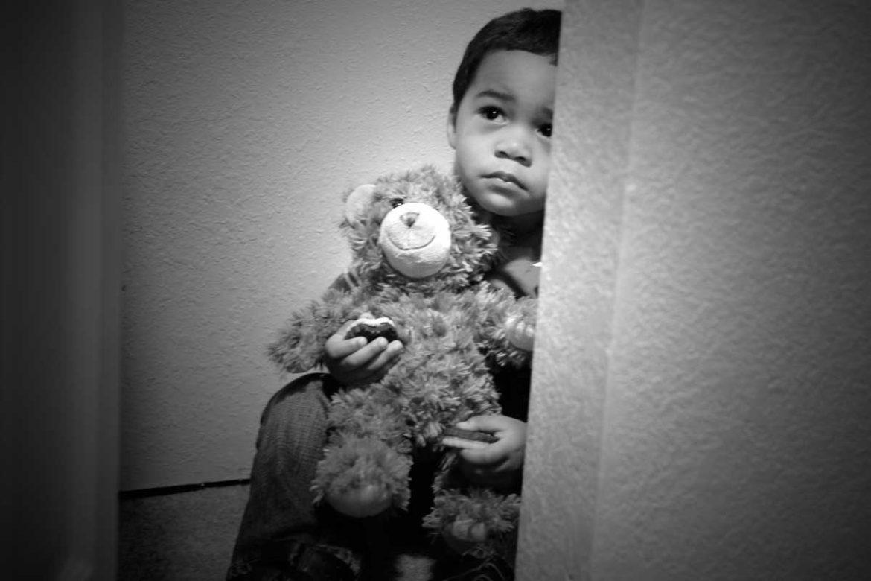 przemoc wobec dzieci, chłopiec, strach, schronienie, pluszak