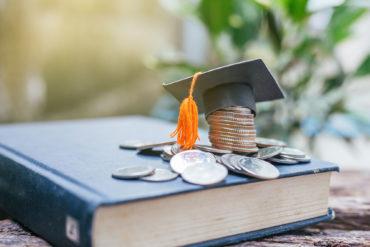 systemy stypendialne dla studentów, biret, książka, pieniądze