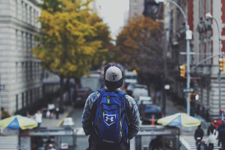 na studiach w wielkim mieście, mężczyzna, miasto, plecak