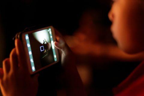 uzależnienie dzieci od internetu i gier, dziecko, telefon