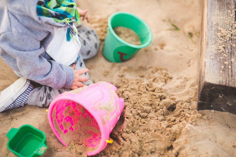 Zabawy na dworze, dziecko, piaskownica