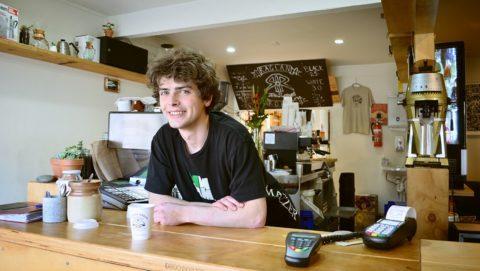 Znaleźć pierwszą pracę, chłopak, kawiarnia, praca