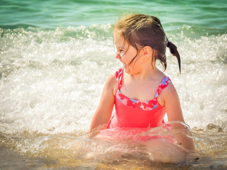 Bezpieczeństwo dzieci na wakacjach, dziewczynka, morze, radość
