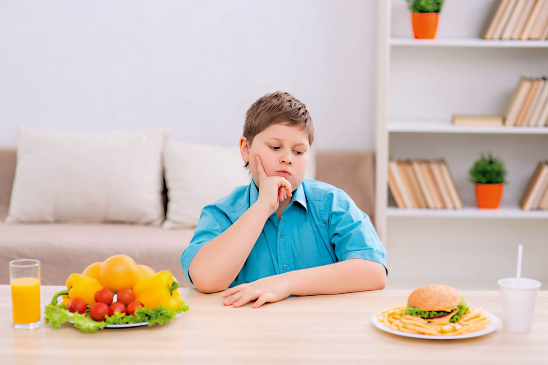 Otyłość wśród dzieci, chłopiec, Nadwaga, owoce, fast food, emocje