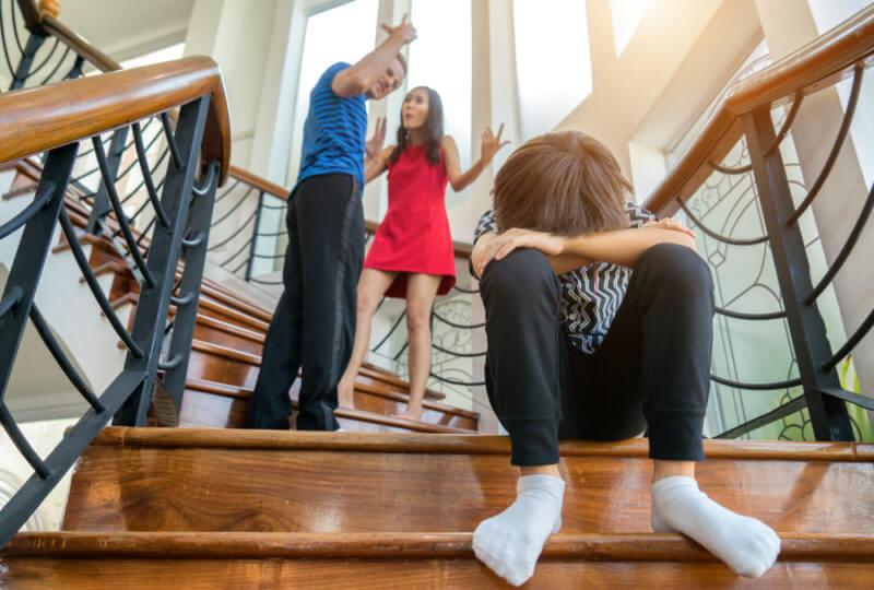 Życie w toksycznym związku, rodzice, Kłótnia, dziecko, smutek