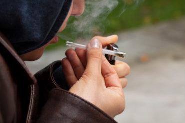 Narkotyki i dopalacze wśród młodzieży, chłopak, marihuana