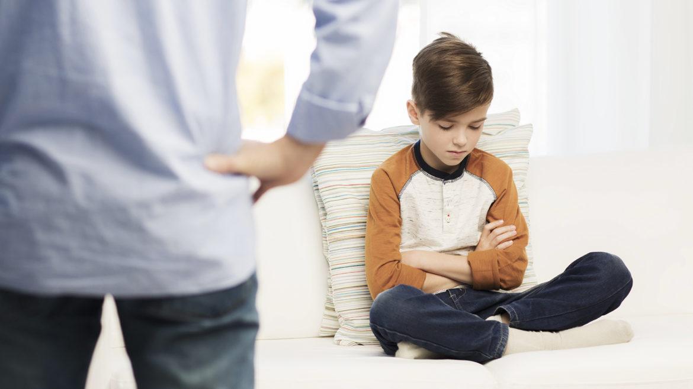Zdyscyplinować dziecko, chłopiec, tata, gniew