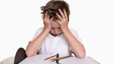 Zestresowane dzieci, chłopiec, nauka, emocje