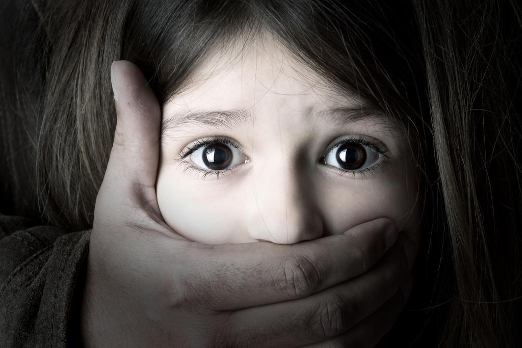 Wykorzystywanie seksualne dzieci, dziewczynka, oczy, strach