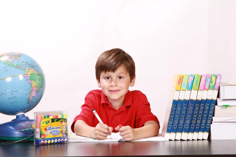 Inteligencja emocjonalna, chłopiec, książki, globus