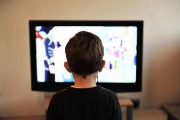 Ograniczyć czas przed ekranem, dziecko, chłopiec, telewizor