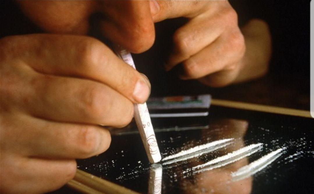 Dziecko bierze narkotyki, chłopak, kreska