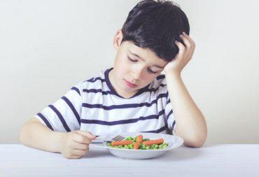 Oznaki zaburzeń odżywiania, chłopiec, obiad, zamyślenie